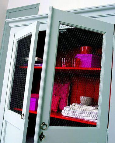 Repeindre une armoire avec une peinture grise et rouge Tollens