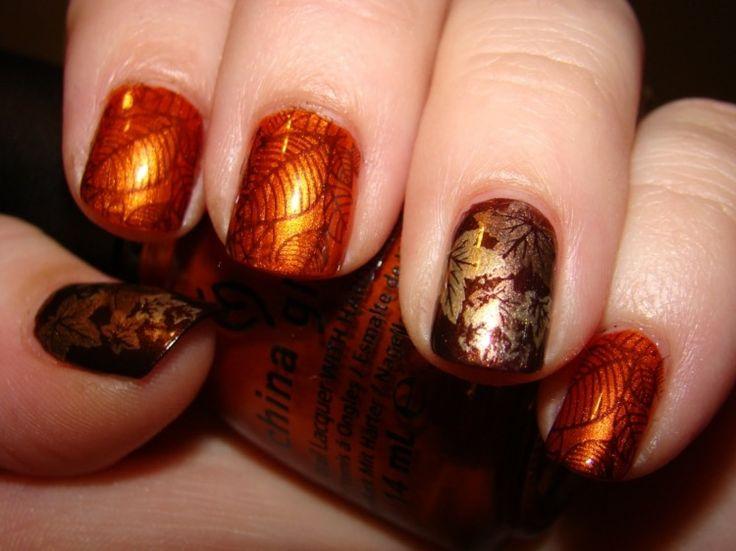 Das Bild zeigt Nägel in Orange, Braun und Gold mit Metallic-Effekt