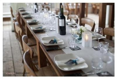 onthewaydowntheaisle:    I like the simplicity of this tablescape – Cat Lofgren