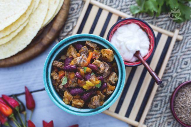 Il chili con carne è un piatto messicano: carne tagliata a cubetti e fagioli rossi cotti assieme a peperoni, cipolle, aglio, spezie e pomodori.