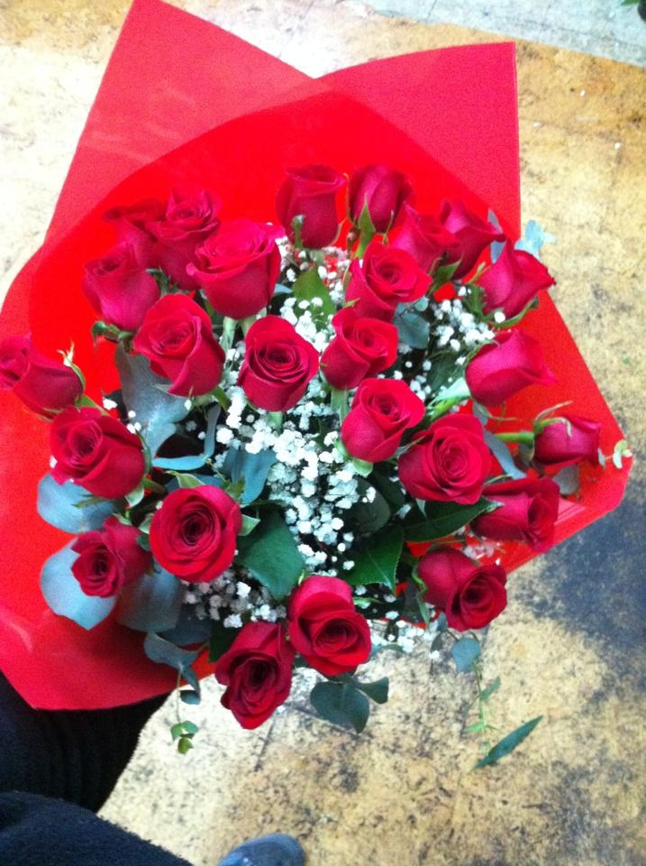 Ramo de 24 rosas rojas con el que alguien se sorprenderá en unas horas. Precio con costes de envío incluidos: 69'85 €