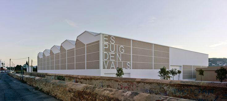 Dynamik hinter Mauerwerk - Sporthalle in Puig d'en Valls von MCEA