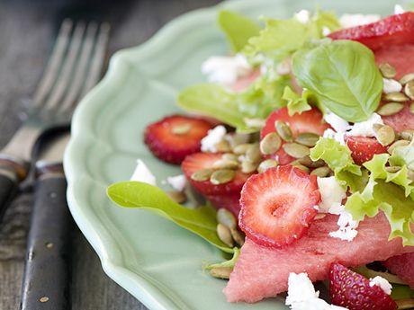 Recept på melon- och jordgubbssallad. Frisk sallad som passar till grillat kött eller exempelvis varmrökt lax.