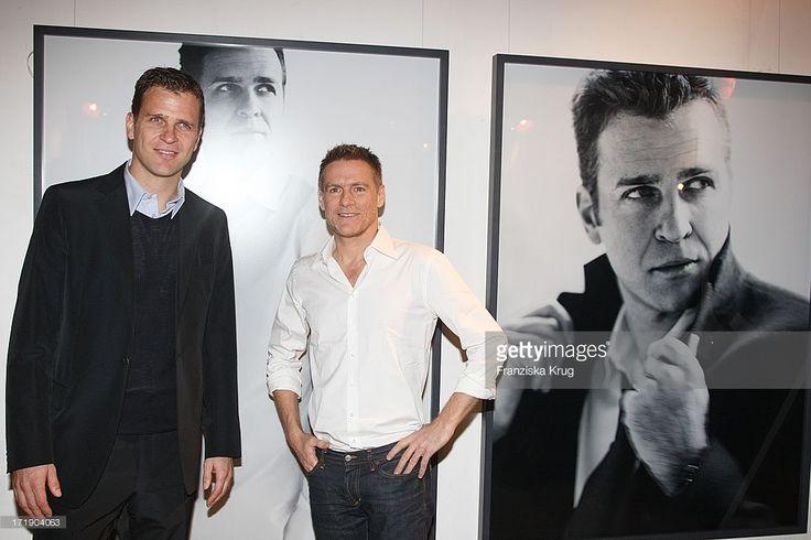 Bryan Adams Und Oliver Bierhoff Bei Der Vernissage 'Männer Zeigen Strenesse - Die Deutsche Fussballnationalmannschaft Fotografiert Von Bryan Adams' Im Haus Der Kunst In München .