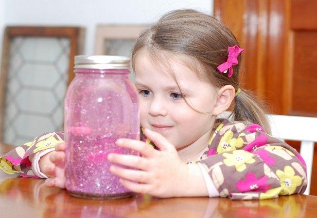 Os efeitos e o brilho do pote chamariam a atenção enquanto as crianças se acalmam
