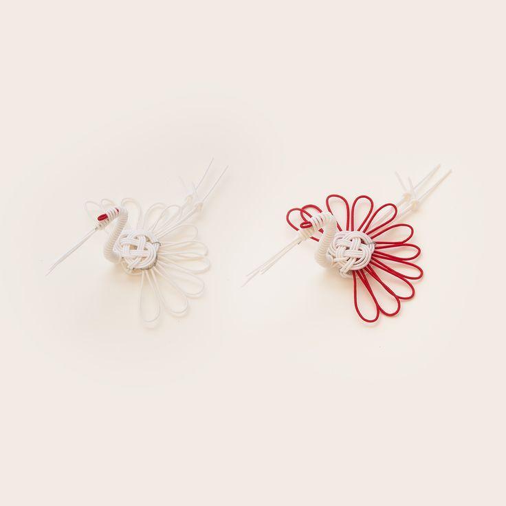 長寿を象徴するおめでたい鳥として知られる鶴と、同じく吉祥文様である菊の花を組み合わせた「菊鶴」の紋を、水引細工で立体化した箸置きです。お正月やお祝いの席がぐっと華やぎます。