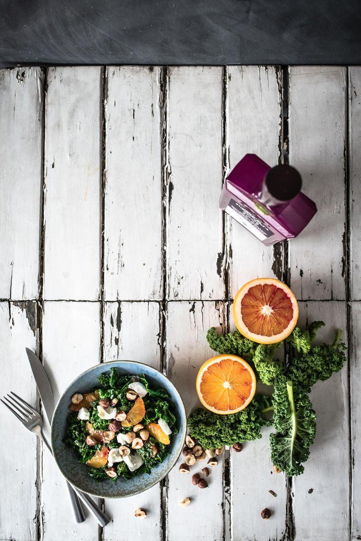 gebratener grünkohl als wintersalat, mit blutorangenvinaigrette, gerösteten haselnüssen und ziegenfrischkäse