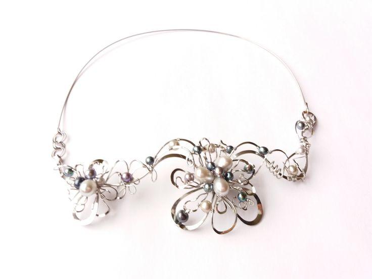 """Náhrdelník+HRD44+""""Jezerní+královna""""+perly+exkluziv+Autorský+šperk.Originál,+který+existuje+pouze+vjednom+jediném+exempláři+z+romantické+kolekce+variací+na+květy.Vyniká+kouzelným+prostorovým+tvarem,+jemně+laděnou+barevností+výběrových+perel,+množstvím+propracovaných+detailů+a+romantickým+výrazem.+Působí+velmi+vzdušně,+noblesně,+elegantně.+Náhrdelník+je..."""