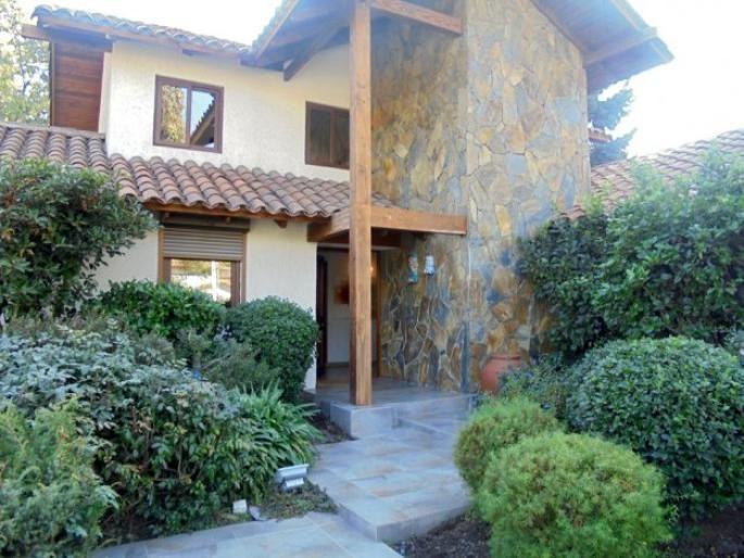 Linda Casa Huinganal Bajo, completamente remodelada. Informe de Engel & Völkers | T-1421074 - ( Chile, Región Metropolitana de Santiago, Lo Barnechea, El Huinganal )