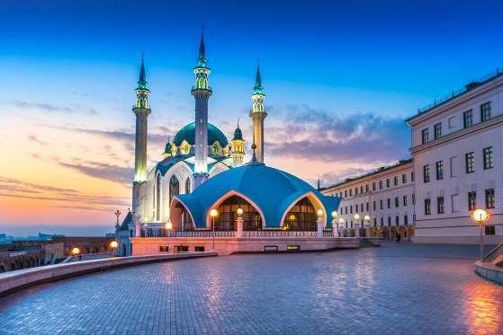 Kazan é uma daquelas cidades incríveis e cheia de atrativos, mas que muitas vezes fica fora do roteiro turístico de quem visita a Rússia. A cidade é relativamente grande e bem estruturada – não é atoa que os turistas utilizam seus belíssimos pontos turísticos para fotografar. O lugar mais visitado certamente é o Kremlin de Kazan, antiga fortaleza da cidade que atualmente é considerado Patrimônio da Humanidade pela Unesco.