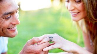 Dépassées, les fiançailles? Pas du tout. Si les traditions ont beaucoup changé, plusieurs couples décident encore de se fiancer. On n'a qu'à penser à toutes ces starlettes qui exhibent leur bague pour comprendre que ce rituel est toujours...