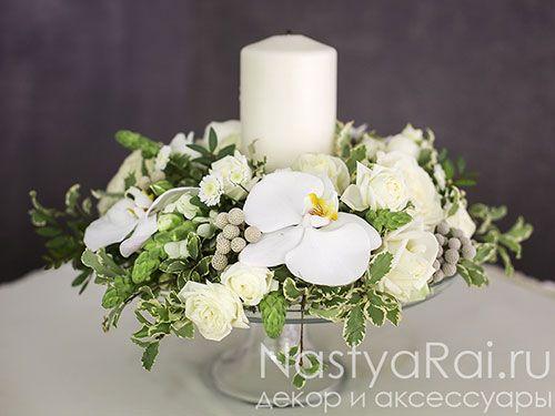 Фото. Композиция на стол гостей из орхидеи и эустомы.