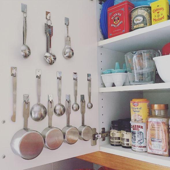Découvrez des conversions pratiques de mesures courantes en cuisine (oz, g, tasses, ml, cuillère à thé et à soupe) et de températures de cuisson.