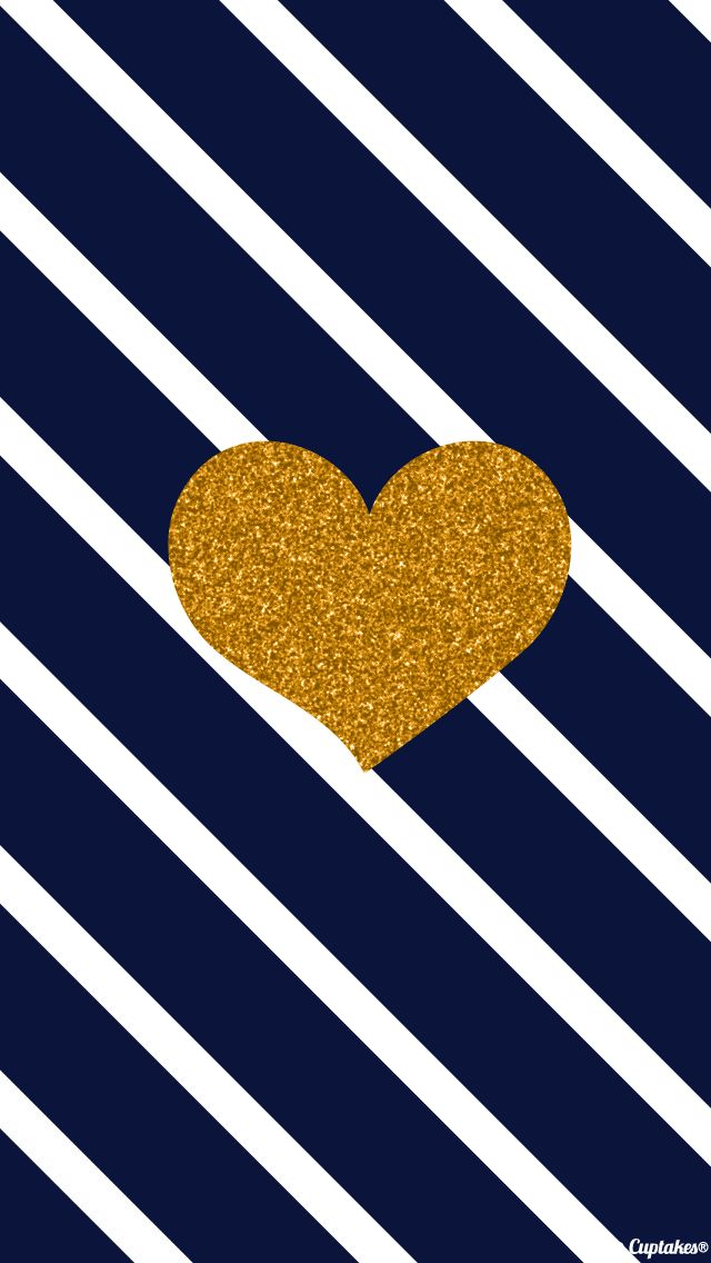 Fondo de rayas diagonales blancas y azules con un corazón dorado en el centro