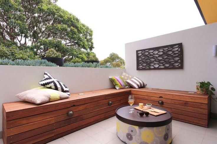 Fa pad és praktikus tároló egyben teraszon