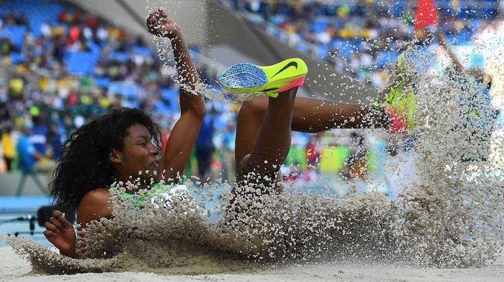 Nubia Soares de Brasil compite en triple salto durante el evento de atletismo en…