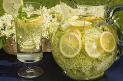 Nem kétséges, hogy a tavasz legfinomabb innivalója az isteni illatú bodzaszörpös limonádé. Csakhogy az eredeti recept szerint rengeteg cukor k...