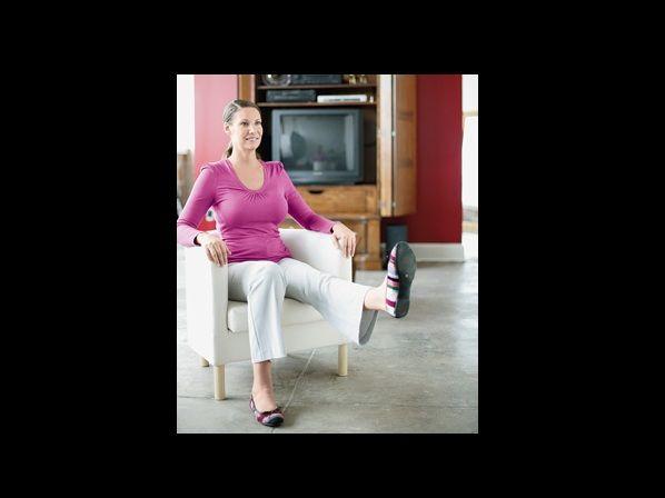 Ejercicio #4: Fortalece los cuádriceps Sentada en una silla, con los abdominales contraídos, extiende una pierna con el pie hacia arriba, las rodillas extendidas. Lentamente, levanta el muslo hacia afuera de la silla. Luego bájala y vuelve a hacer el mismo movimiento. Repite con la otra pierna.