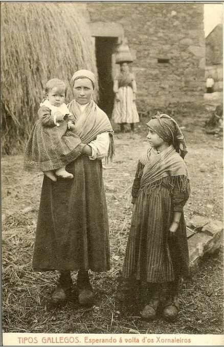 Nai e fillos na eira. Año 1920