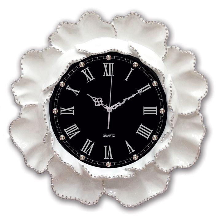Beyaz Modelli Antikroza Dekoratif Duvar Saati  Ürün Bilgisi ;  Ürün maddesi : Polyester ( Sağlam alçıdan ) ve Gerçek cam kullanılmıştır Ebat : 50 cm Mekanizması : Akar saniye, sessiz çalışır Garanti : Saat motoro 5 yıl garantili Roma rakamlı Taşlarla süslenmiş Kullanım ömrü uzundur Kalem pil ile çalışmakta Ürün fotoğrafta görüldüğü gibi olup orjinal paketindedir Sevdiklerinize hediye olarak gönderebilirsiniz