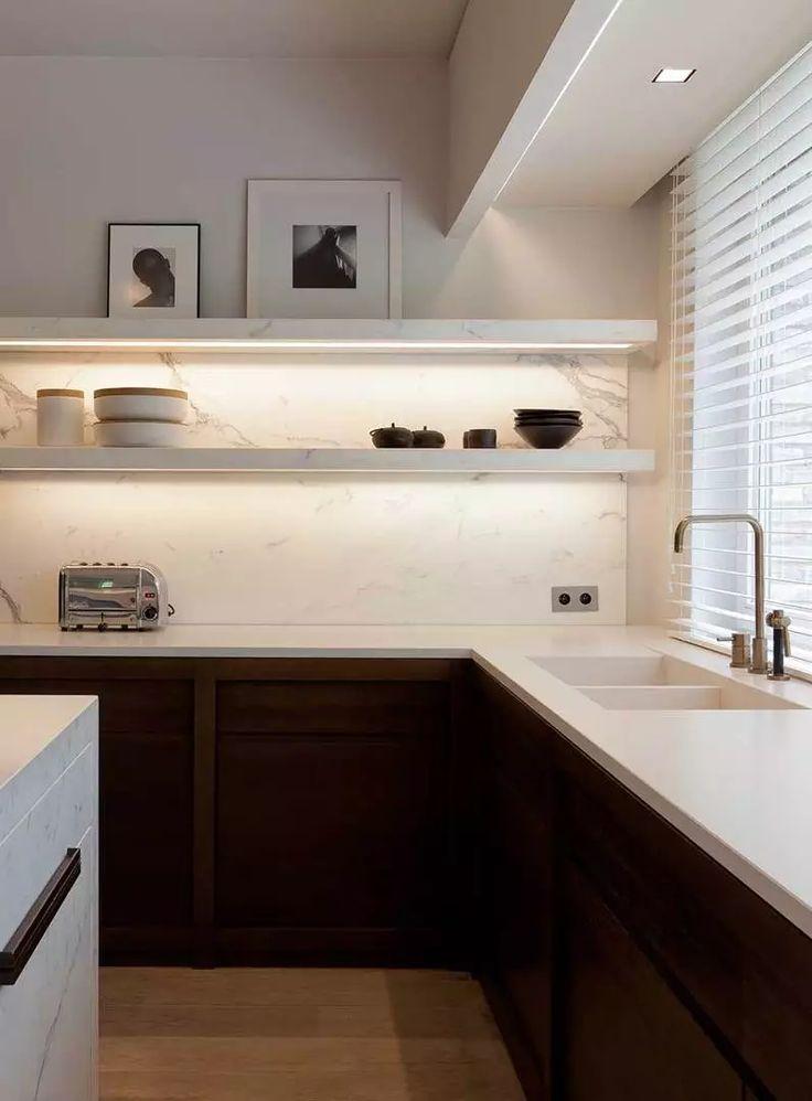 Cucina stile moderno con mobili scuri e bianco