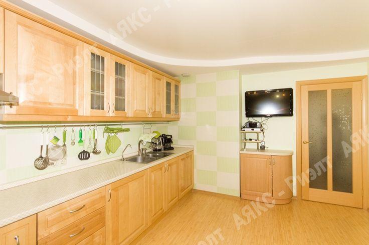 Кухня из массива дерева. Салатовый, белый.