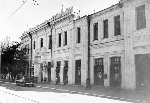 Дом с атлантами на ул.Венцека. Атланты ещё поддерживают балкон (в здании располагался военный трибунал). 1957 г.