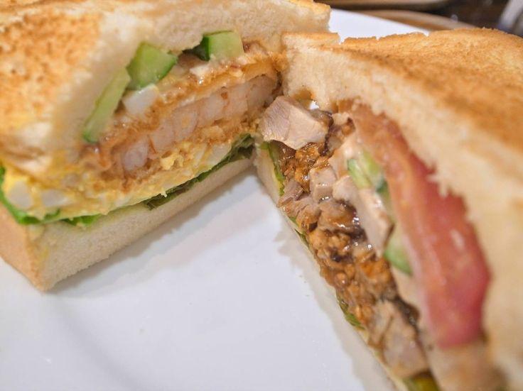 北九州っ子のソウルフード!小倉城のすぐそばにある「OCM」はアメリカンな雰囲気の中で楽しめるサンドイッチ専門店です。まるでハワイ?ニューヨーク?を彷彿させてくれるような店の佇まいに、思わずテンションが上がります。厚みのあるフワフワの食パンに好きな具材を2種選んでサンド!パンはそのままのフワフワで頂くバージョンと、カリっとトーストして頂くバージョンが選べます。オススメは2人で行って別々の具材をオーダーして、カットされたサンドを半分こずつ交換!北九州の人なら誰でも一度は食べたことのある!と、いう程大人気のサンドイッチ屋さんです。