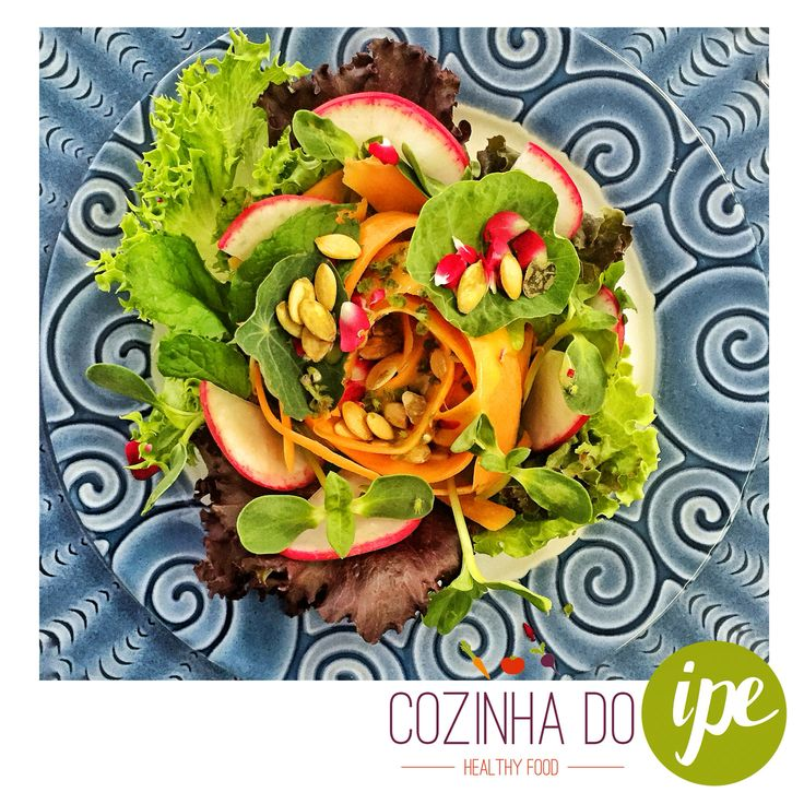Cor é alegria! Cor é nutritivo! A salada do 2º dia de DETOX AT HOME da Cozinha do IPE teve salada tropical com mix de folhas, brotos e ervas da @fazendamaria com tiras de cenoura, meia lua de rabanete e pétalas de rosa. Para finalizar, molho mostarda, mel e limão e sementes de abóbora!!! Invente, tente, faça uma alimentação inteligente!