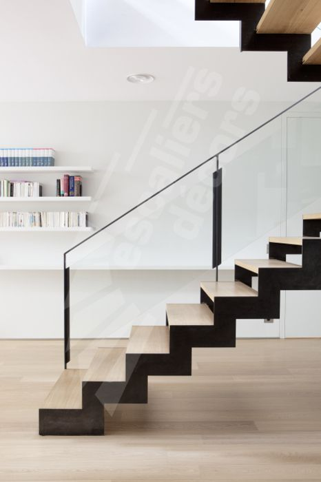 Photo DT127 - ESCA'DROIT® 2/4 Tournants avec Palier Intermédiaire. Escalier d'intérieur design en acier, bois et verre pour un intérieur type loft.