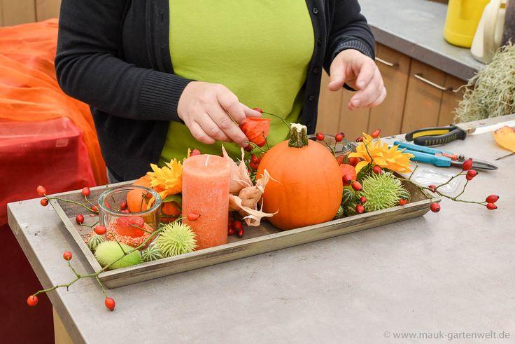 Schritt 6: Physalis und herbstlich gefärbte Blätter vervollständigen das herbstliche Arrangement.