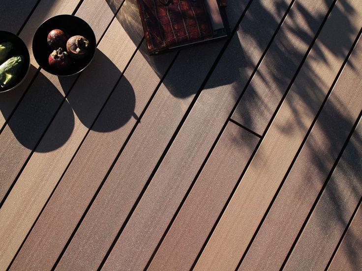 Detailbild des mehrfarbigen Premium WPC Terrassenbelags, welcher sich durch mehrfarbig braune Dielen auszeichnet.