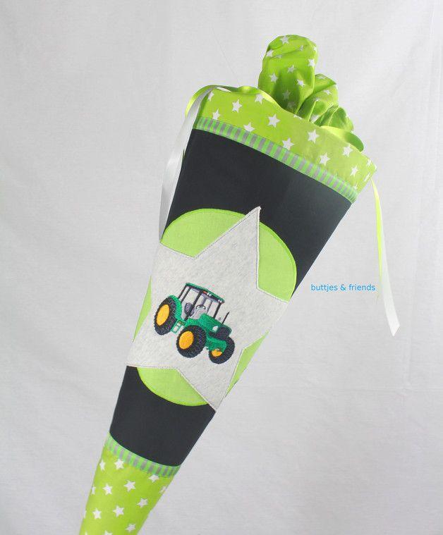 Eine Schultüte in coolen Jungsfarben mit aufgesticktem Traktor. Der Schultütenbezug wird aus Baumwollstoff genäht und mit Sternapplikation verziert. Der Papprohling, der in dem Bezug steckt, ist...