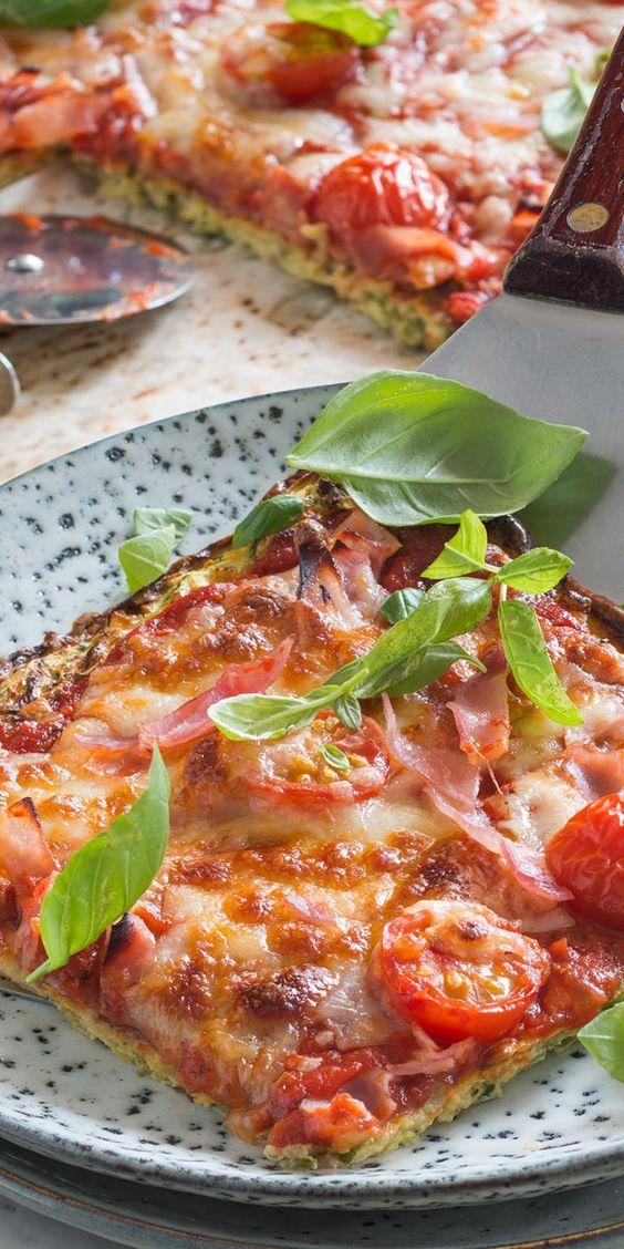 Eine tolle Low-Carb-Variante fürs Büro: diese Pizza mit einem Boden aus Zucchini, Hüttenkäse und Eiern ist die perfekte Alternative und lässt sich dazu noch super vorbereiten. Beim Belegen sind deiner (Vegan Recipes Low Carb)
