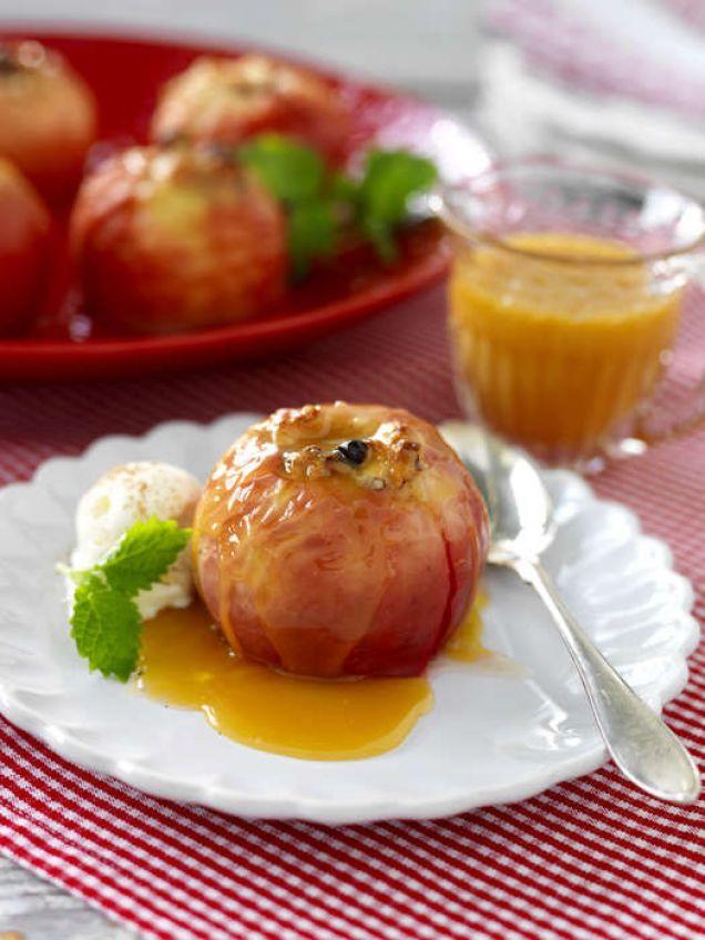 Välfyllda äpplen serveras med en riktigt god kolasås.