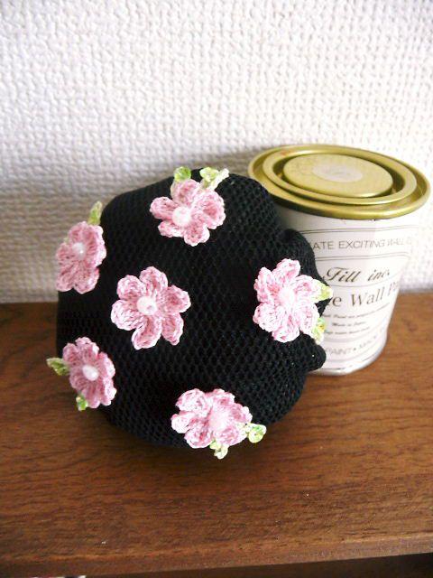 ●ブラックのシニヨンネットに手編みの小さな花を咲かせました。●サイズは直径約9cmです。●お団子ネットの口部分は伸ばしていない状態で4cm、目一杯伸ばして12...|ハンドメイド、手作り、手仕事品の通販・販売・購入ならCreema。