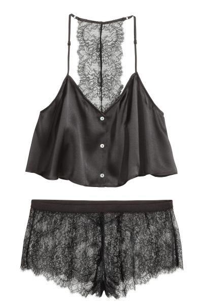 QUALIDADE PREMIUM. Pijama composto por top de alças curto em cetim de seda natural e calções em renda. O top tem decote em V e botões na frente, alças finas