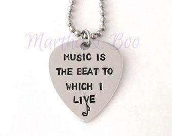 Chitarra pick collana, plettro su misura, guitar pick pendente, timbrato, gioielli personalizzati, musica relative al regalo, chitarra legate a mano