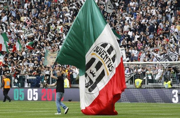 Supporter della #juventus con maxi bandiera