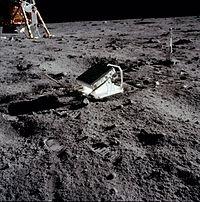 L'expérience consiste à utiliser un réflecteur posé sur le sol lunaire (au cours d'Apollo 11 en 1969, suivi par d'autres réflecteurs déposés par Apollo 14 et Apollo 15) pour mesurer la distance Terre-Lune par des lasers13