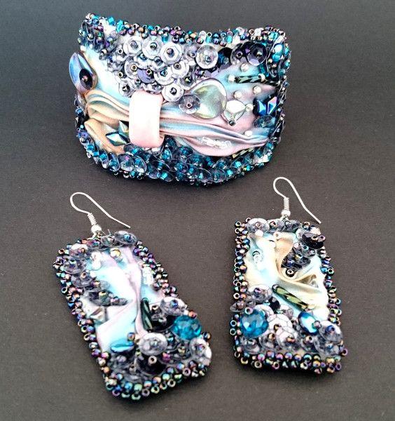 Kolczyki wykonane z ręcznie barwionego jedwabiu shibori, cekinów oraz szklanych koralików najwyższej jakości. W kolorach różu, błękitu i fioletu. Kolczyki wykonane są w całości ręcznie z dbałością... Facebook: Cristallin sutasz i koraliki