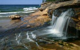 Scarica Cascata sulla spiaggia Carta da parati di alta qualità