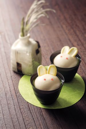「Wa・Bi・Sa」のお月見スイーツで、名月を愛でる。 ( page 2 ) | VOGUE: Cheesecake bunnies with white chocolate rats and strawberry juree eyes.
