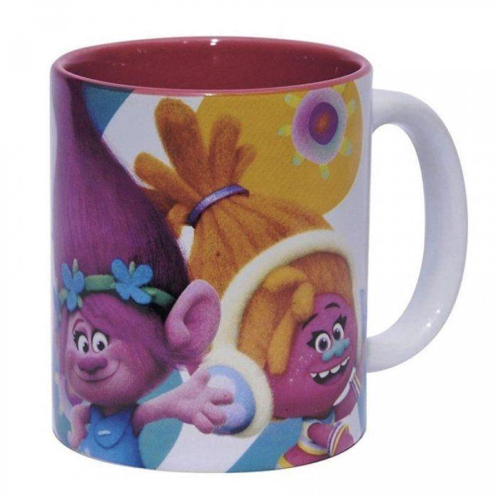 ¿Buscas regalos para los más pequeños de la casa? Acabas de encontrarlo! Con esta taza de cerámica de Trolls, las nuevas simpáticas y coloridas criaturas animadas de la nueva película que le encanta a toda la familia, los niños desayunaran y merendaran encantados mientras disfrutan de sus nuevos personajes favoritos. Medidas: 8 x 12 cm.