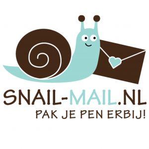 Misschien heb je het al eens voorbij zien komen op instagram, facebook of twitter; vrolijke foto's van versierde enveloppen, papieren hebbedingetjes en andere geknutselde pakketjes; Snailmail! Wat...