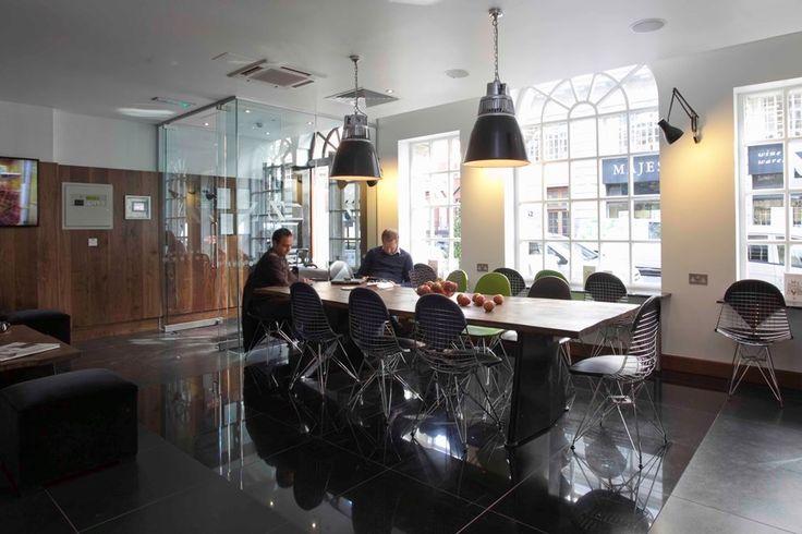 <b>COMPACTE LUXE</b>De hotels – er zijn er twee in Londen - bieden het essentiële comfort die een reiziger in een drukke stad nodig heeft. Bij Z beschrijven ze hun aanpak als compacte luxe. De hotels zijn trendy, proper en betaalbaar. En, ook niet onbelangrijk, ze zijn centraal gelegen.