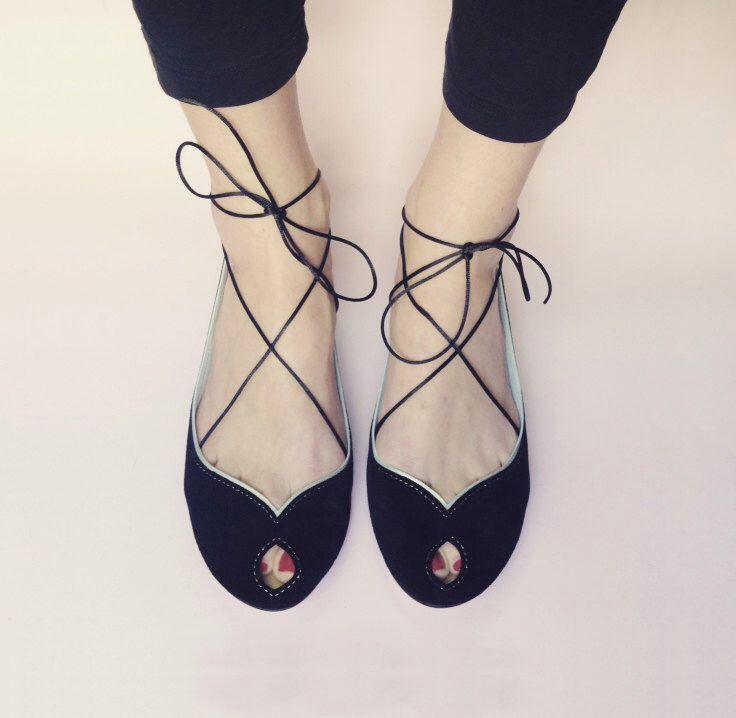 Pisos de ballet zapatos Peep Toe en piel negra Mary Jane abierta del dedo del pie a mano bailarinas de elehandmade en Etsy https://www.etsy.com/es/listing/239888264/pisos-de-ballet-zapatos-peep-toe-en-piel