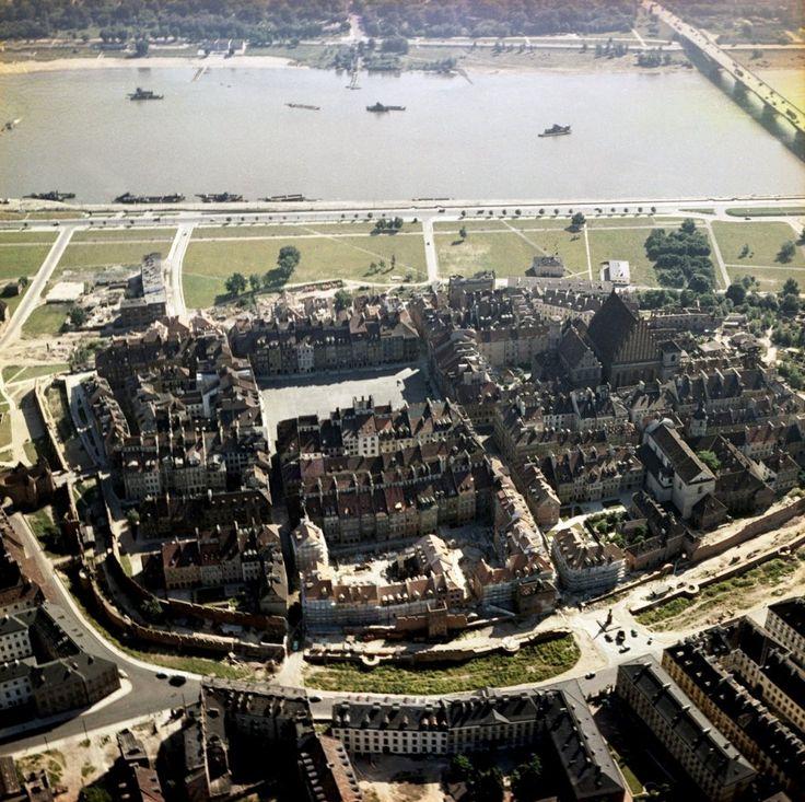 Widok na Starówkę z 1963 roku. W czasie wojny zniszczono ponad 90% tych budynków. Z 260 kamienic pozostało 6. Na szczęście po wojnie Stare Miasto zostało odbudowane. Karol Szczeciński/ East News
