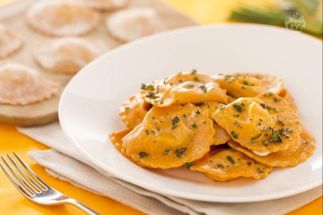 I ravioli rossi con salsa di pomodoro sono dei fagottini fatti in casa con ingredienti semplici come semola, uova e  pomodoro.