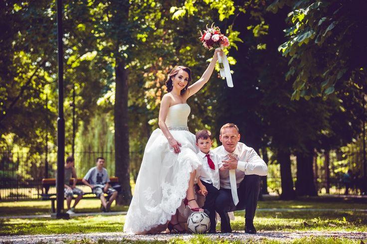 Děkujeme za krásné fotografie od pani Zuzany a její športové aktivite, které zvládla i ve svatební den v našich botách. Bylo nám potěšením. Model Anabella T-styl pravá kůže bordó. Svadobné sandálky, Svatební sandálky, pohodlné svatební boty, boty na nízkém podpatku, Kožená svatební obuv, Kožená svadobná obuv, topánky na nízkom opatku,